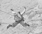 IJA Fallschirmjäger beim Sprung mit Typ 1 Fallschirm.jpg