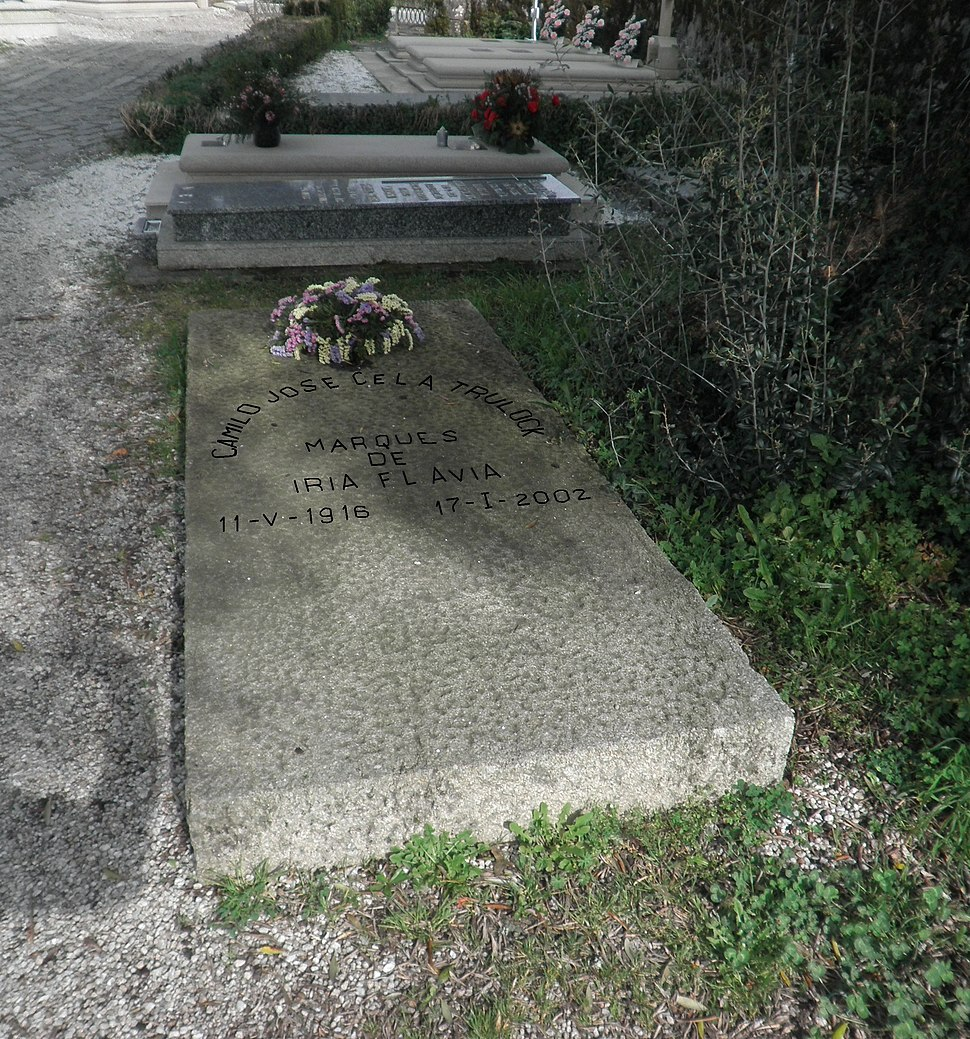 Lápida de Camilo José Cela ó pé dunha oliveira.