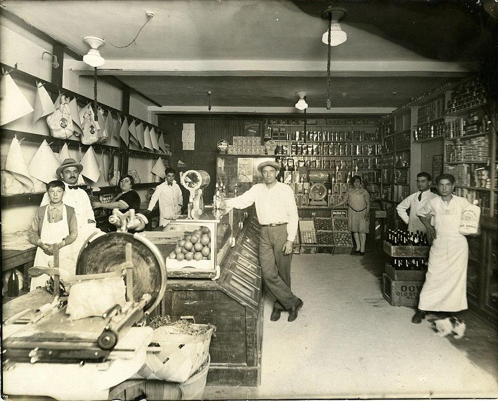 Intérieur de l'épicerie de M. Lembo sur la rue Dante à Montréal BAnQ P748S1P2697