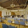 Interieur overzicht raadszaal naar achterzijde, na de restauratie - Bergen op Zoom - 20324388 - RCE.jpg