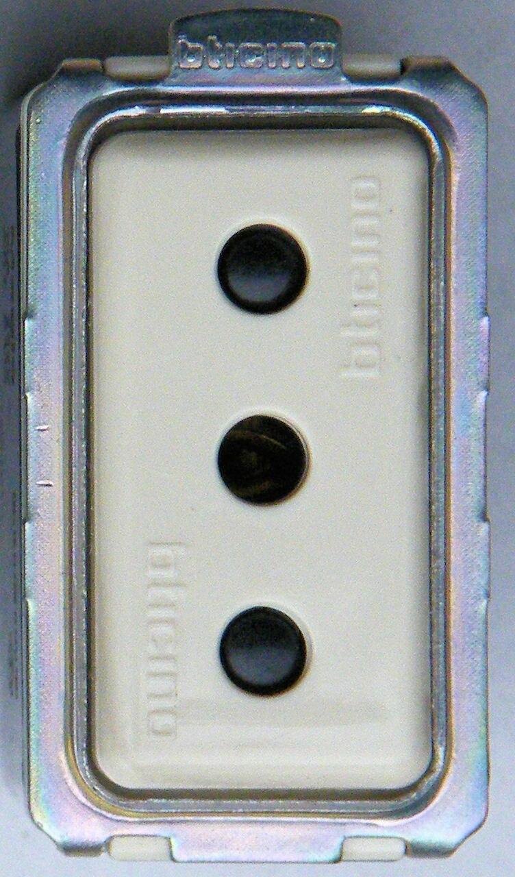 Italian socket P 11
