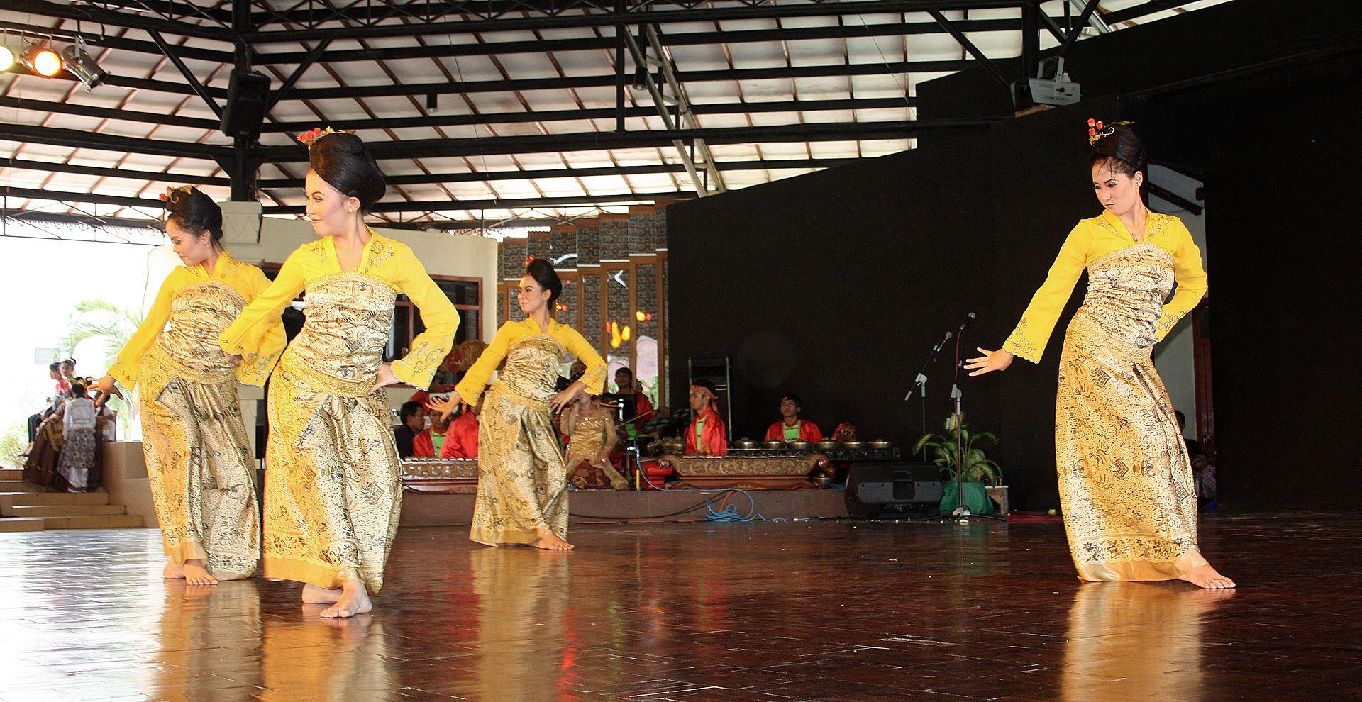 Tari Jaipongan berasal dari daerah Jawa Barat