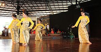 Sundanese people - Jaipongan Mojang Priangan, a Sundanese traditional dance performance.