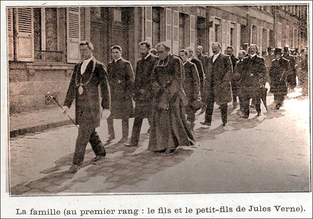 Похоронная процессия Жюля Верна, возглавляемая его сыном и внуком. 1905 год