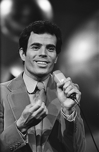 Spanish singer Julio Iglesias was recognized by the Guinness World Records in 2013 as the best-selling male Latin artist of all time. Julio Iglesias (Spanje), Bestanddeelnr 923-3697.jpg
