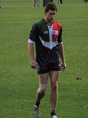 Justin Longmuir - Longmuir playing for Fremantle in 2006, with a bandaged knee