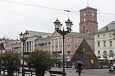 Karlsruhe, Rathaus und Pyramide.JPG