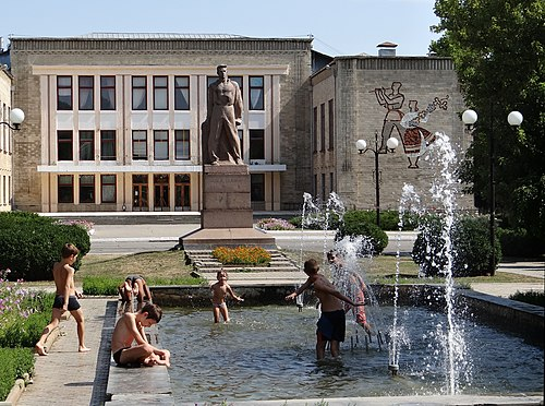 Downtown fountain, Bender Kids in Fountain with Facade Backdrop - Bendery - Transnistria (36445273450).jpg