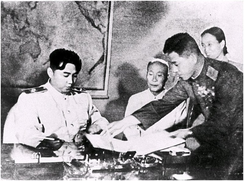 ไฟล์:Kim Il-sung signing the armistice agreement.jpg