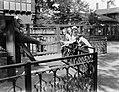 Kinderen met het echtpaar De Flines-Leupen bij de olifanten in Artis, Bestanddeelnr 189-0463.jpg