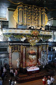 Prekestolalteret med orgel og lysekrone