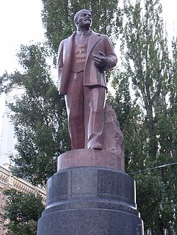 Lenin monument in Kiev, close-up view.jpg