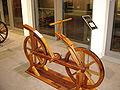 Первый чертеж двухколесного велосипеда принадлежит гению эпохи Ренессанса Леонардо да Винчи.  Чертеж был обнаружен в...