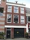 foto van Huis, herhaaldelijk verbouwd huis, waarvan de bovengevel door een rechte lijst en dakvoorschot wordt afgesloten