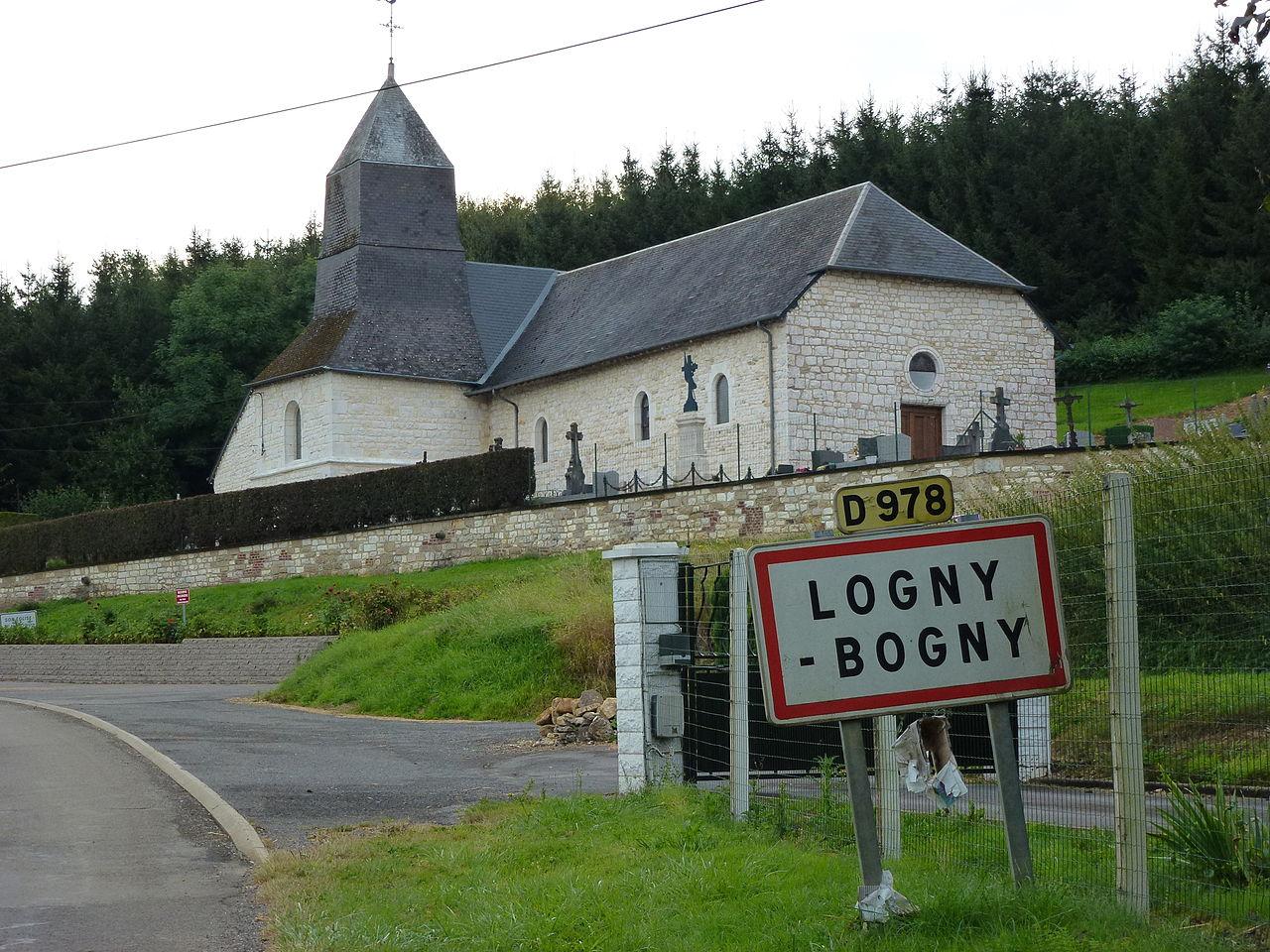 Logny-Bogny (Ardennes) église et plaque entrée village.JPG