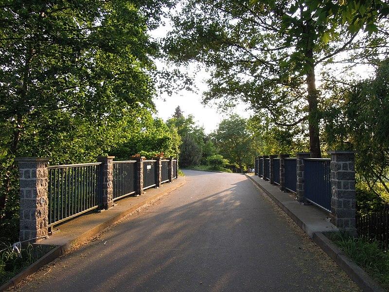 File:Mühlbrücke über die Kleine Pleiße in Markkleeberg im Mai 2018.jpg
