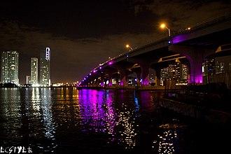 MacArthur Causeway - Image: Macarthur Causeway at night