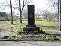 Madona, brīvības cīnītāju piemineklis kapos 2000-04-21 - panoramio.jpg