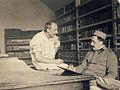 Malíř Alois Wierer (vpravo) a sochař Ludvík Herzl, lazaret Karlín, Praha 1915.JPG