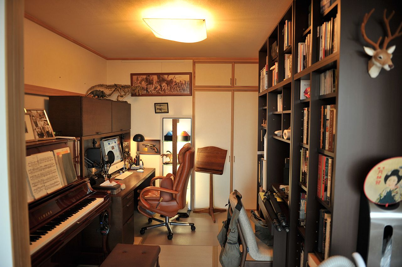 File:Man cave office.jpg - Wikimedia Commons