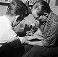 Man wordt getatoeëerd door tatoeëerder Jack, Bestanddeelnr 252-9237.jpg