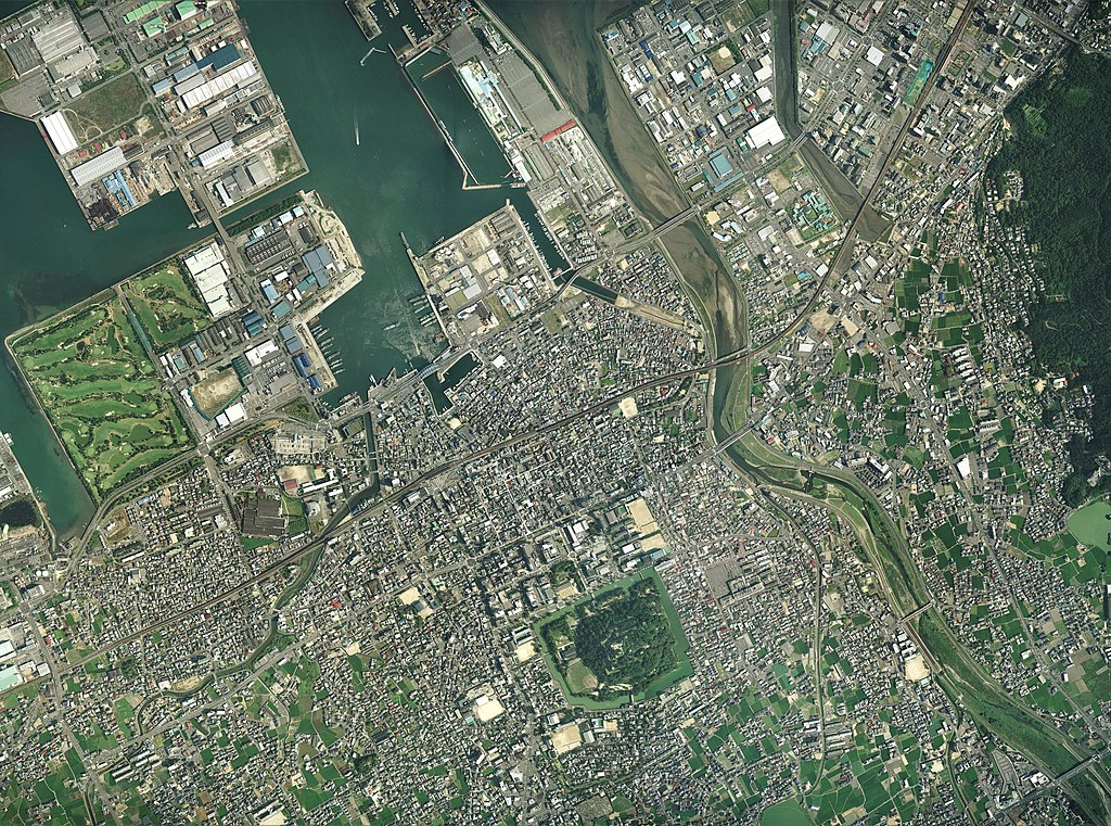 File:Marugame city center area Aerial photograph.2007.jpg - Wikimedia  Commons