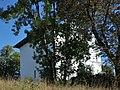 Mauer Villa Leitengasse hinter Bäumen.jpg