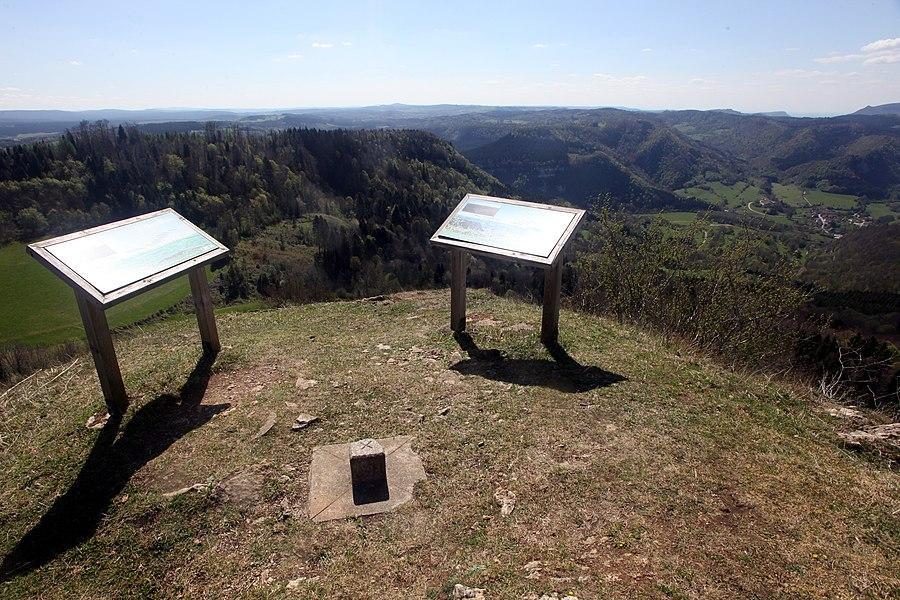 Tables d'orientation sur la butte de Montmahoux (Doubs).