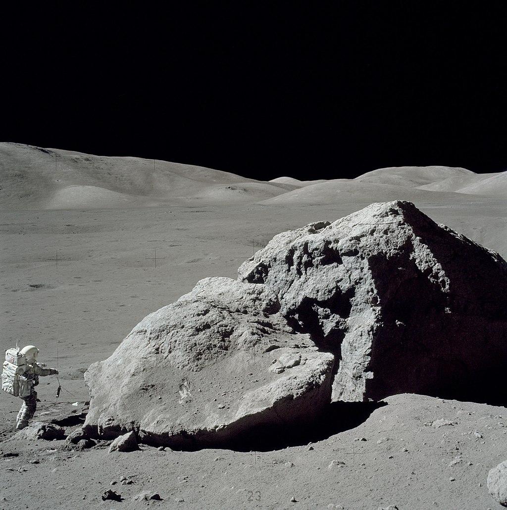 1024px-Moon-apollo17-schmitt_boulder.jpg