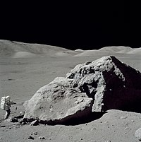 astronauta Harrison Schmitt, da missão Apollo 17, no solo lunar