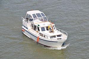 Motorjacht Avance opvarend onder de Merwedebrug (01).JPG
