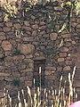 Muro de posta con hendidura en camino de Incallajta.jpg