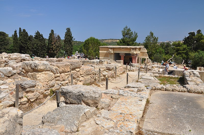 File:Northwest Portico Lustral Basin in the Knossos Palace, Crete 001.JPG
