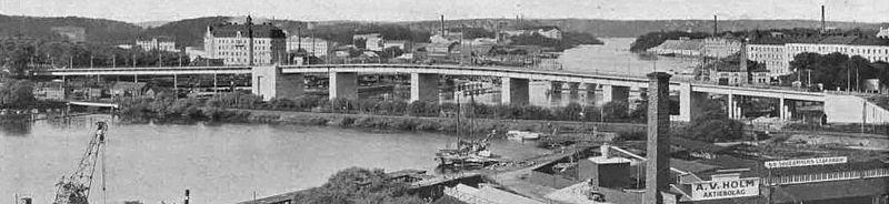 """""""Den Nye Liljeholmsbro"""" (enkelbroen) set fra Tantolunden 1928.   Neden for broen strækker sig fortsat jernbaneskinnen mellem Liljeholmens jernbanestation og Stockholms sydlige, den blev i 1929 erstattet af Årstabron."""