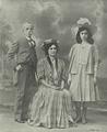 O conselheiro Ruy Barbosa, sua esposa e sua filha - Brasil-Portugal (1Jan1908).png