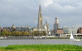 De Onze-Lieve-Vrouwekathedraal en Boerentoren vanaf Linkeroever.