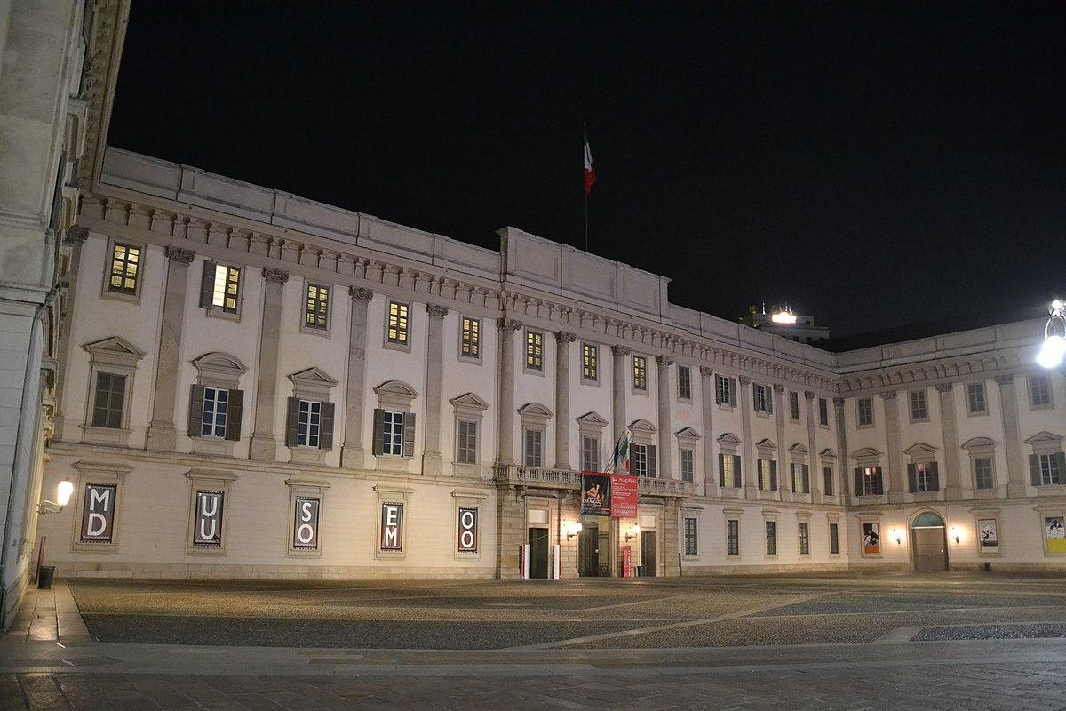 Palazzo reale milano wikipedia for Piani di palazzo con piscina coperta