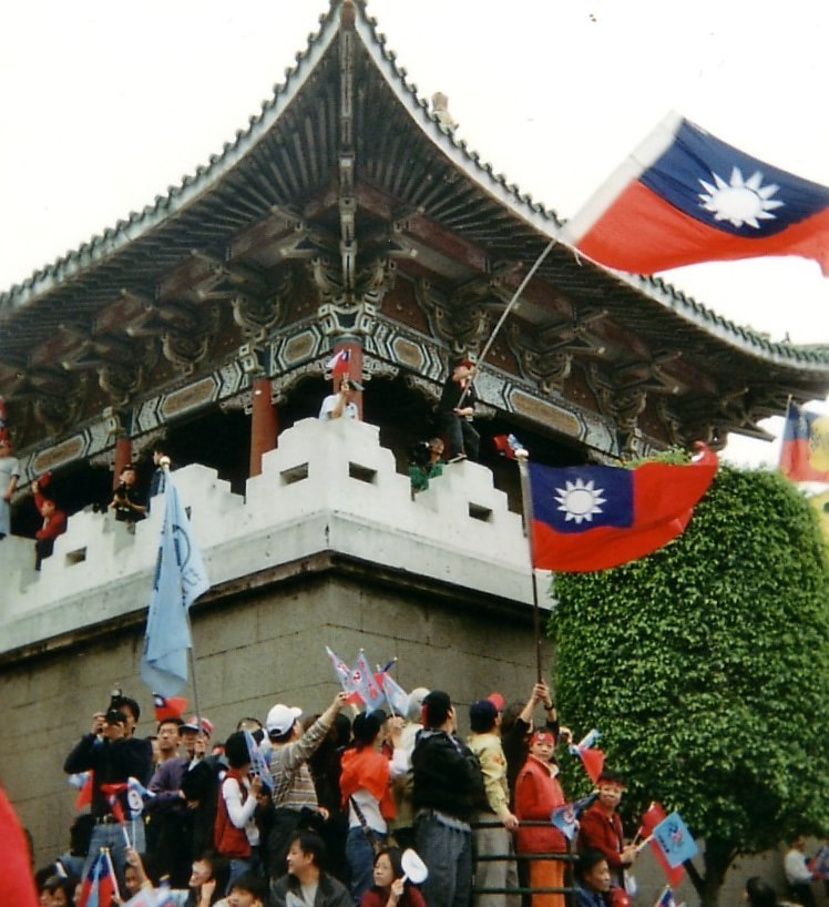 Pan-blue supporters during 2004 ROC presidential election with ROC flags