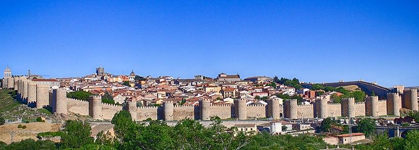 Панорама м. Авіли з фортечними стінами