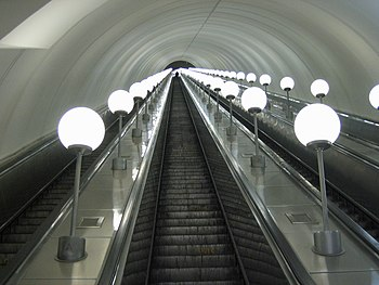 English: Escalator at the Park Pobedy station ...
