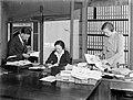 Personeelsleden van de uitgeverij van links naar rechts de heer Gaastra, mevrouw, Bestanddeelnr 189-0329.jpg
