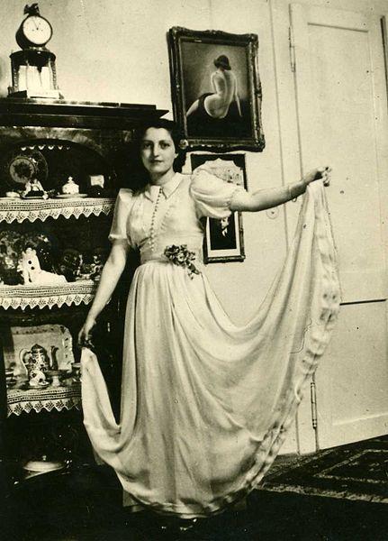 חנה סנש בשמלת נשף