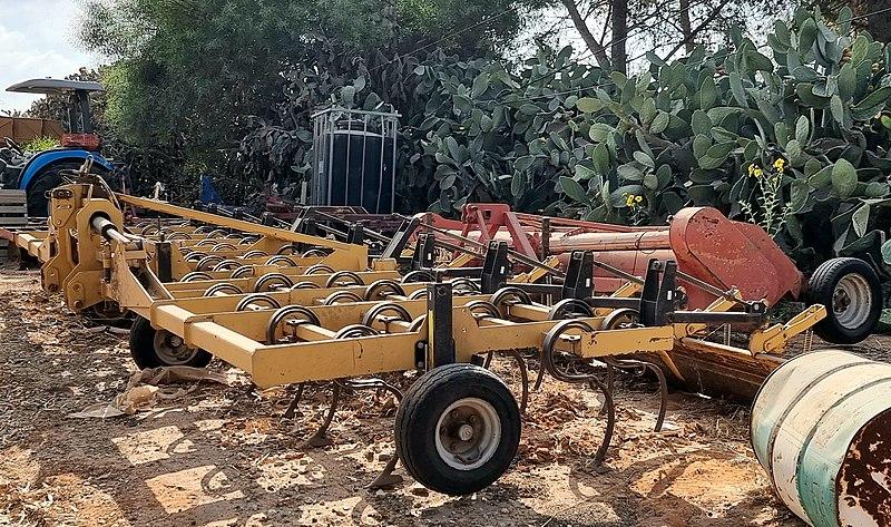 כלי חקלאות מכני בנען
