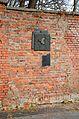 Pomnik granic getta mur cmentarza żydowskiego w Warszawie.JPG
