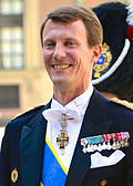 """Venstre:   Den """"infødte"""" prins Joachim (på dansk Prins Joachim tilde Danmark).   Højre:   Den indgifte prins Henrik (på dansk Prins Henrik af Danmark)."""