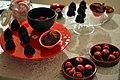 Rødbedemarshmallows, rødbedeflødeboller, rødbedechips med lakrids og rødbedemacarons med fyld af rødbedecurd, solbær og kaffe (8486979828).jpg