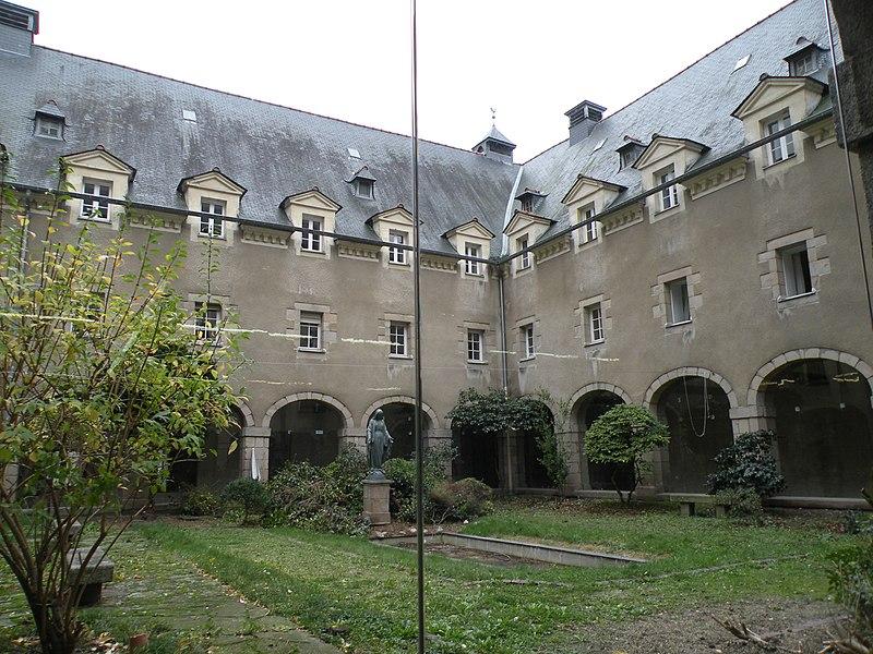 Fichier:Rennes CouventSaintCyr cloitre.jpg