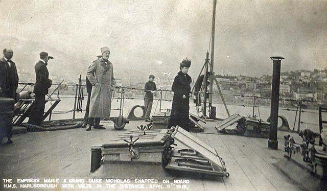 Мария Фёдоровна и Николай Николаевич на борту британского линкора «Мальборо» 11 апреля 1919 года. На горизонте видна Ялта