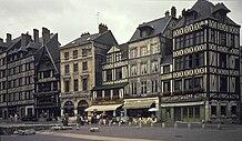 Rouen, place du Vieux Marche et Musée Jeanne d'Arc 1986-056.jpg