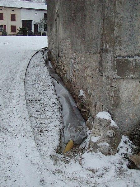 Nord de la Meuse (France). Travaux de drainage d'un tour de volet.